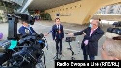 Kryeministri i Kosovës, Albin Kurti gjatë një adresimi për media në Bruksel.
