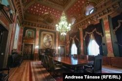 Sala veche de Consiliu - o cameră dreptunghiulară, împodobită generos cu motive florale și geometrice, aurite, mobilă cu piese Ludovic al XVI-lea, comandată la Paris, scaune din piele de Cordoba, candelabre impresionante din bronz și draperii de brocart purpuriu cu broderie cu fir de aur.