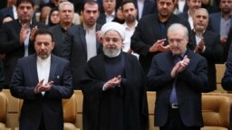 سعید نمکی (وزیر بهداشت) و حسن روحانی بارها از سیاستهای دولت در بحران کرونا دفاع و تقدیر کردهاند