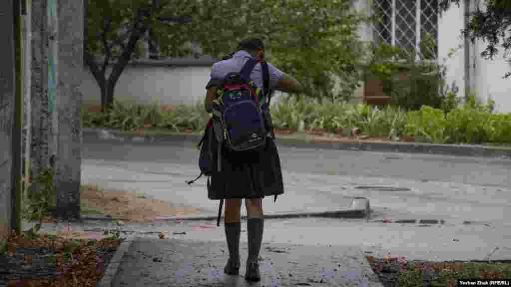 Школьница возвращается с занятий