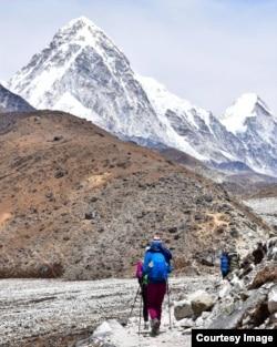 Непалдағы Пумори шыңына өрлеуге бара жатқан альпинистер. Андрей Алмазовтың жеке архивіндегі сурет.