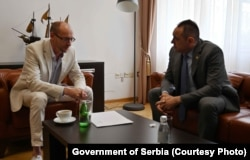 Ministri i Mbrendshëm i Serbisë, Aleksandar Vulin gjatë takimit me drejtorin e Qendrës ruse për Kulturë, Jevgenij Baranov. Beograd, 24 maj, 2021.