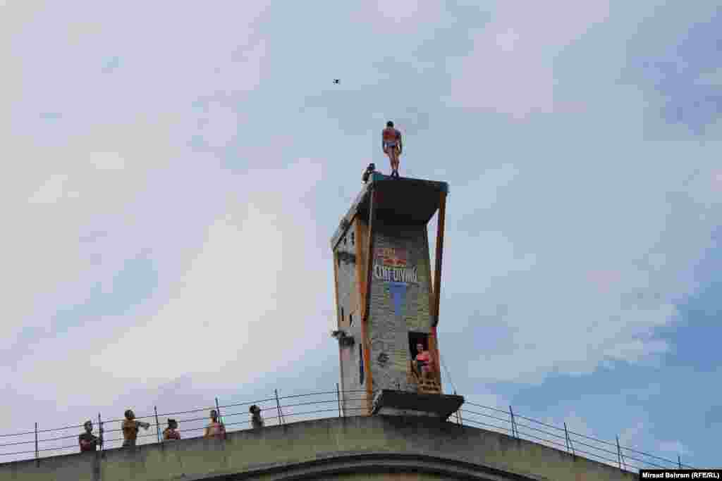 Muškarci skaču sa vrha, a žene sa donjeg dijela platforme.