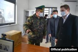 Артем Новиков и председатель Госпограничной службы КР Уларбек Шаршеев на КПП «Чалдовар».