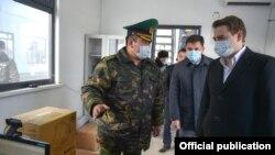 Артем Новиков жана Чек ара кызматынын башчысы Уларбек Шаршеев «Чалдыбар» көзөмөл-өткөрмө жайында.