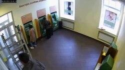 Момент падения стремянки на пенсионера. Кадры с видеозаписи камеры Сбербанка