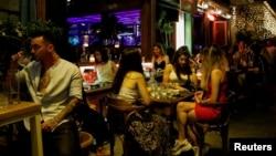 Луѓе во кафуле во Грција