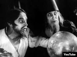 Безумный царь Иван (Конрад Фейдт) думает, что его отравили