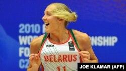 Aljena Leucsanka csapata Oroszország elleni győzelmét ünnepli a 2010. évi női FIBA világbajnokságon, Karlovy Vary-ban.