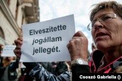 Lakatos Jutka A Város Mindenkié csoport egyik aktivistája. Harminc évig élt az utcán, sátorban, végül kunyhóban
