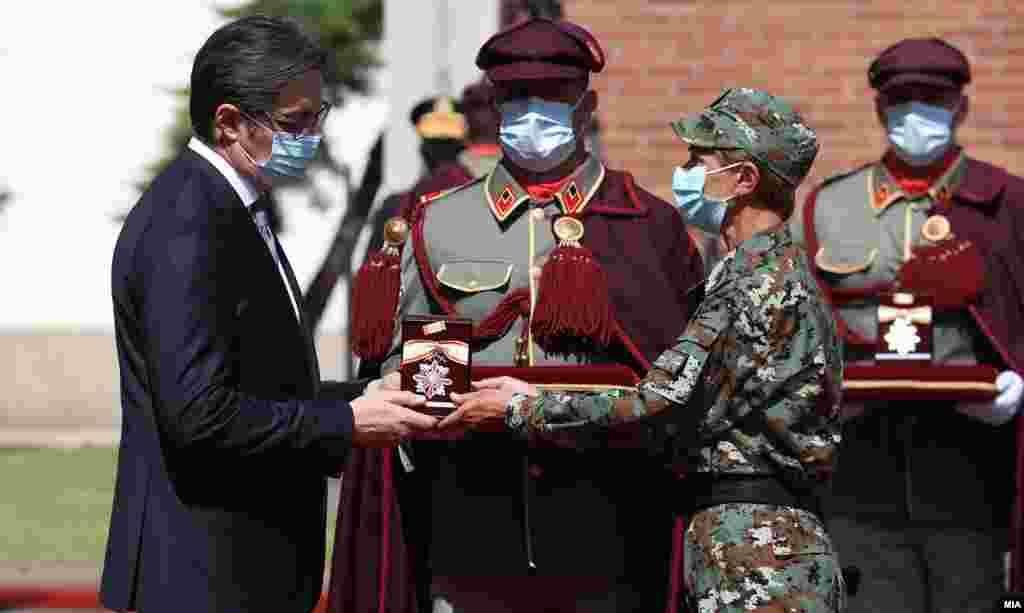 МАКЕДОНИЈА - Со почесна артилериска стрелба и со свеченост на воениот стадион во Градскиот парк во Скопје денеска беше одбележан Денот на Армијата на Република Северна Македонија.
