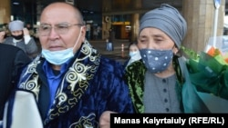 Возвращение в Казахстан «узника Синьцзяна» Рахыжана Зейноллы. На фото Рахыжан Зейнолла вместе с женой Фаридой Кабылбек. Аэропорт Алматы, 9 апреля 2021 года.