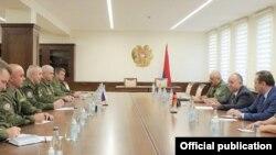 Министр обороны Армении Аршак Карапетян принимает генерал-лейтенанта Геннадия Анашкина, Ереван, 25 сентября 2021 г.