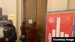 Сотрудники Роспотребнадзора опечатывают зал Дома кино. 3 апреля, Петербург