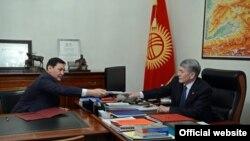 Алмазбек Атамбаев менен Абдил Сегизбаев. Сүрөт 2016-жылы 14-ноябрда жарыяланган.
