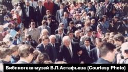 Борис Ельцин в Овсянке 19 мая 1996 г. Виктор Астафьев слева от президента