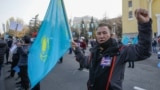 Мужчина с флагом Казахстана на митинге Алматы. 31 октября 2020 года.