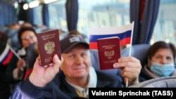Жителі Донецька показують свої російські паспорти в автобусі, який має їх доправити до виборчої дільниці в Ростовській області Росії для голосування у виборах до російської Держдуми. 17 вересня 2021 року
