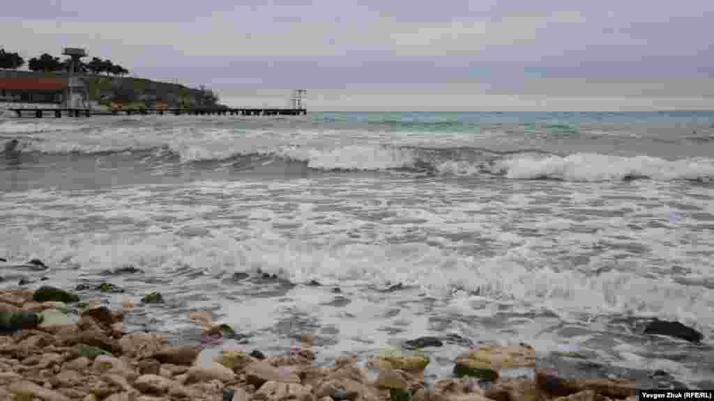 Море ліниво котить хвилі на берег