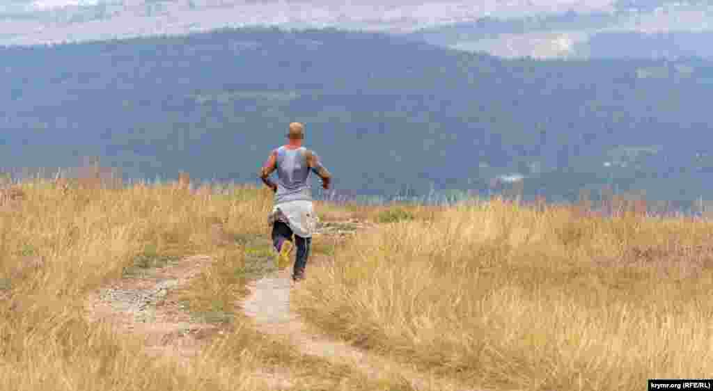 Одинокий любитель забегов на длинные дистанции на плато