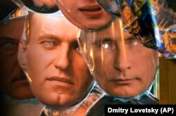 Маски для лица с изображением Владимира Путина (справа) Алексея Навального