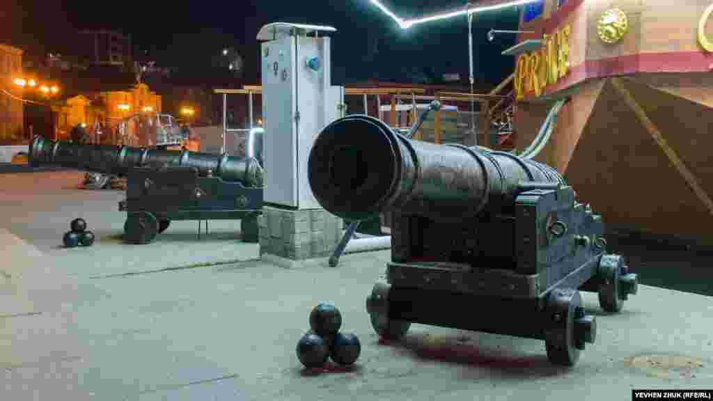 Бутафорские пушки у плавучего ресторана