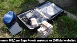 Чемодан с 15 млн рублей, забытый на улице Биробиджана