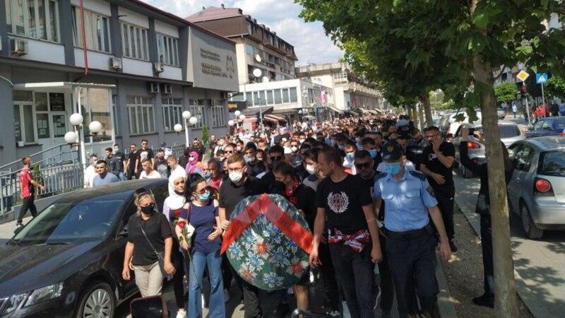 Протестен марш во Тетово, полицијата спречила поединци да влезат во седиштето на ДУИ