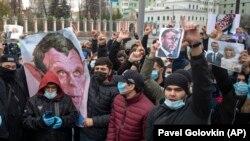 Обострение кризиса вокруг терактов последних дней сопровождается резкими выпадами мусульман в разных странах против президента Франции Эммануэля Макрона. Демонстрация у посольства Франции в Москве, 30 октября 2020