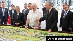 Сарвазири собиқи Қирғизистонро дар паҳлӯи президенти Беларус диданд