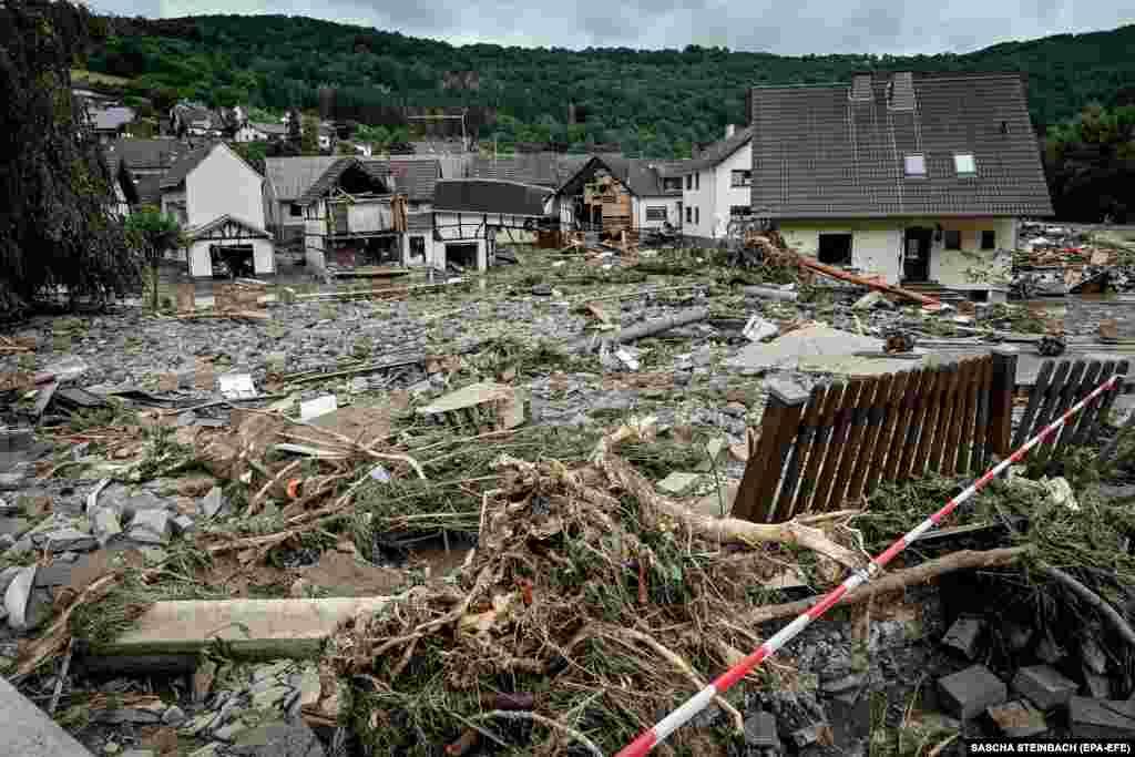 Некоторые деревни превратились в руины, так как старые кирпичные и деревянные дома не выдерживали внезапного наплыва воды. На фото: вид на разрушения в деревне Шульд в районе Арвайлер, 15 июля 2021 года