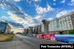 Недостроенная линия легкорельсового транспорта по проекту Astana LRT, финансируемому Китаем. Нур-Султан, 10 июня 2020 года
