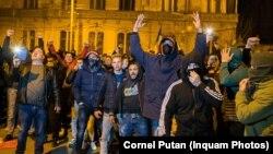 Câteva sute de persoane au protestat, luni noapte, în fața clădirii în care locuiește primarul Timișoarei Dominic Fritz.