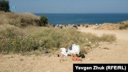 Відпочивальники викидають сміття і ставлять автомобілі поруч з пляжем у Німецькій балці. Севастополь, липень 2021 року