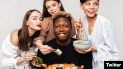 Kiverte a biztosítékot, hogy a külföldi étel reklámjában egy nem fehér bőrszínű férfi szerepelt
