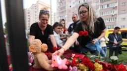 РУСИЈА / ТАТАРСТАН - Властите во руската република Татарстан соопштија дека по пукањето и експлозијата во училиште во главниот град на регионот, Казан во кое загинаа осум лица, рускиот претседател Владимир Путин наредил засилување на контролата на оружјето.