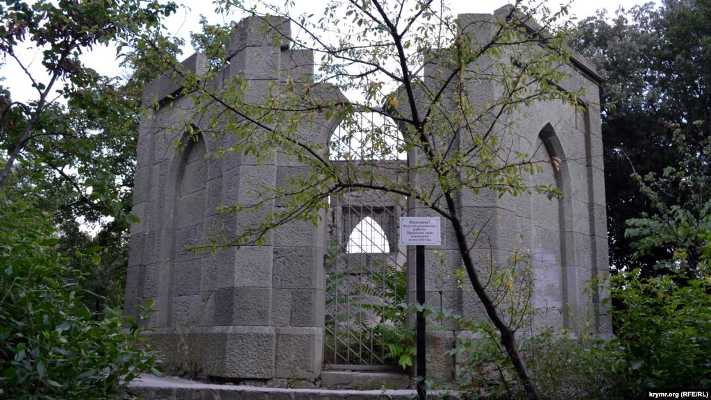 Неподалік стоїть закрита на реставрацію розвалена будівля в мавританському стилі Воронцовського палацу