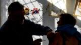 Ferkó Attila háziorvos influenza elleni védőoltást ad be páciensének Salgótarjánban 2017. október 24-én