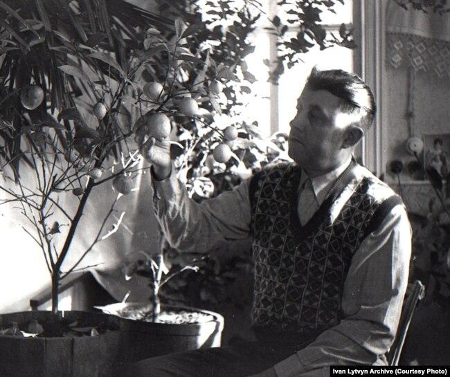 Іван Литвин в себе вдома. Тримає власноруч вирощений лимон