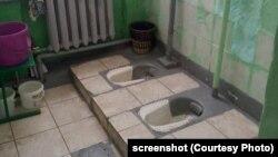 Туалет в российской школе, архивное фото