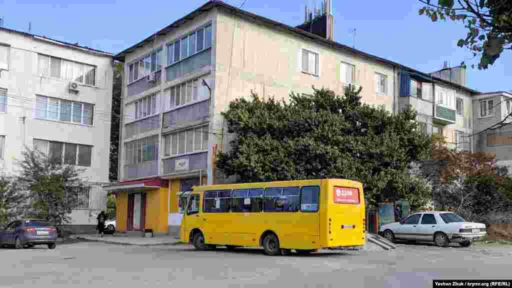 Кінцева зупинка маршруту №86 – із Сімферополя до Чистенького можна дістатися на автобусі, село розташоване за 10 кілометрів від міста