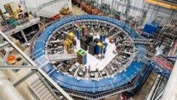 Резултатите идват от експеримента Muon g-2. В средата е 15-метров суперпроводим магнитен пръстен. Оборудването работи на минус 267 градуса по Целзий. Снимка Лаборатория Ферми