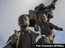 """""""Қазақ елі"""" монументіндегі бейнесі Нұрсұлтан Назарбаевтың келбетіне ұқсайтын мүсін. Нұр-Сұлтан, 16 қараша 2020 жыл."""