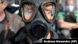 În martie 2020 zeci de persoane s-au alăturat unui protest anti-poluare în capitala României. Mai mulți protestatari au purtat măști anti-gaz în fața ministerului Mediului.