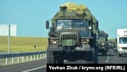 Российская военная техника на шоссе в оккупированном Крыму. 13 августа 2020 года.