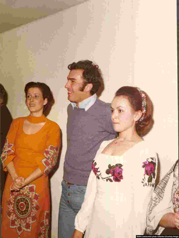Nicu Ceaușescu (foto centru), fiul cel mic al familiei Ceaușescu, alături de două femei în timpul petrecerii din 1976. Nicu Ceaușescu a fost condamnat la închisoare după executarea părinților săi în 1989. A murit din cauza bolilor hepatice la Viena în 1996, la vârsta de 45 de ani.