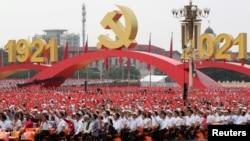 Učesnici na paradi mašu nacionalnim i partijskim zastavicama na 100-tu godišnjicu KP Kine, Trg Tjenanmen u Pekingu, 1. juli 2021.