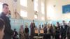 В Намангане студента Абдурахмана Икрамова предали публичному позору за сбор подписей в поддержку оппозиционной партии «Хакикат ва Тараккиёт». Скриншот с видеозаписи.