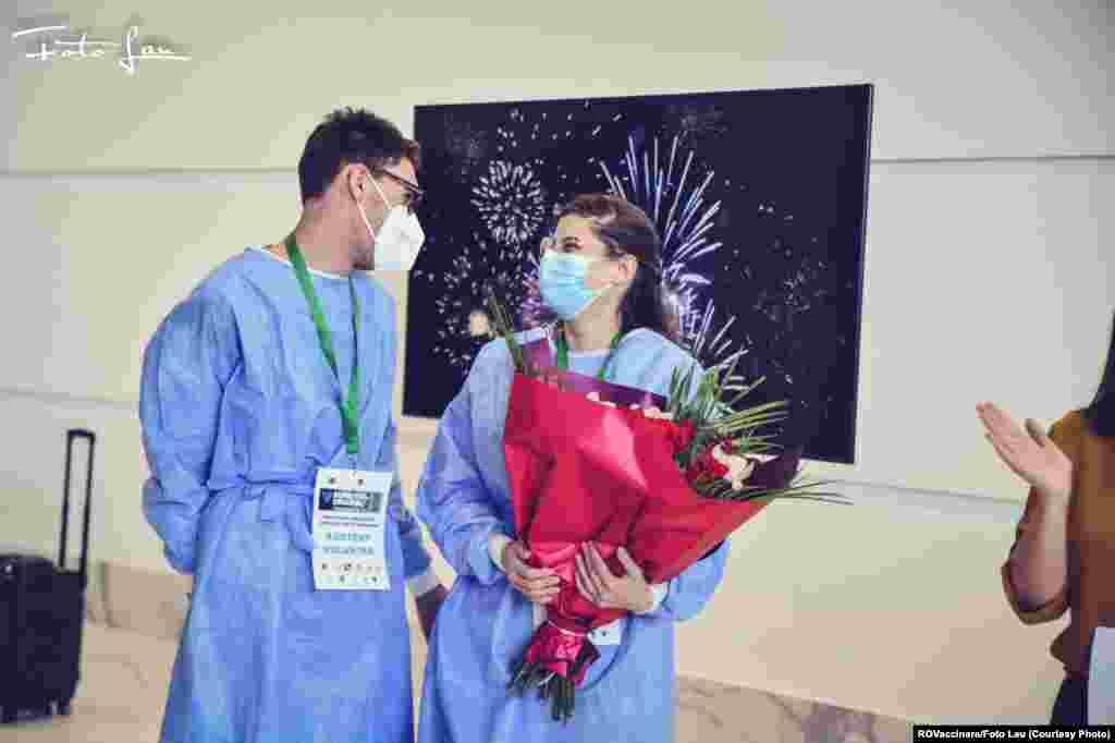 Asistenții medicaliVioleta și Florin au fost sărbătoriți de florii la Maratonul vaccinării de la Timișoara.
