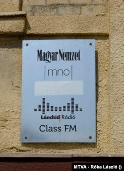 A Magyar Nemzet MNO, a Lánchíd rádió és a Class FM rádió közös cégtáblája